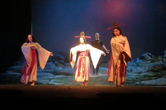 Спектакль напоминает вещий сон о Востоке.