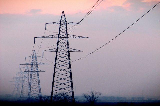 Энергетики продолжают устранять последствия аварии, пытаясь восстановить подачу электроэнергии в районе.