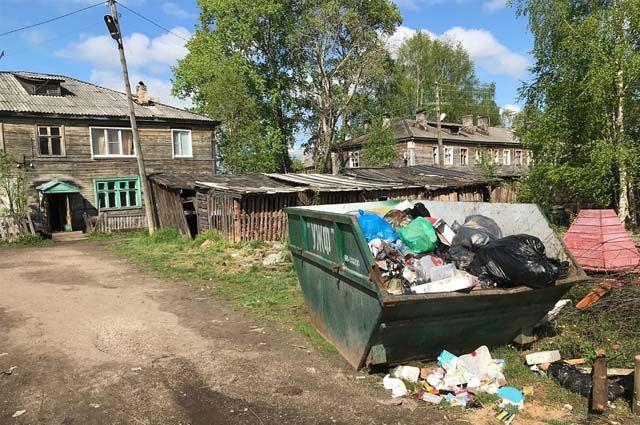 Контейнеров вблизи дома многодетной семьи не было никогда. Ближайший мусоросборник находится от их дома на расстоянии свыше километра, на пустыре.
