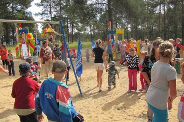 Вот такой была детская площадка, которую сейчас хотят демонтировать. Открывали её торжественно в июле 2010 г. Дарили единороссы к 65-летию посёлка. Тогда произнесли торжественную клятву беречь её. Но даже на баланс не взяли.