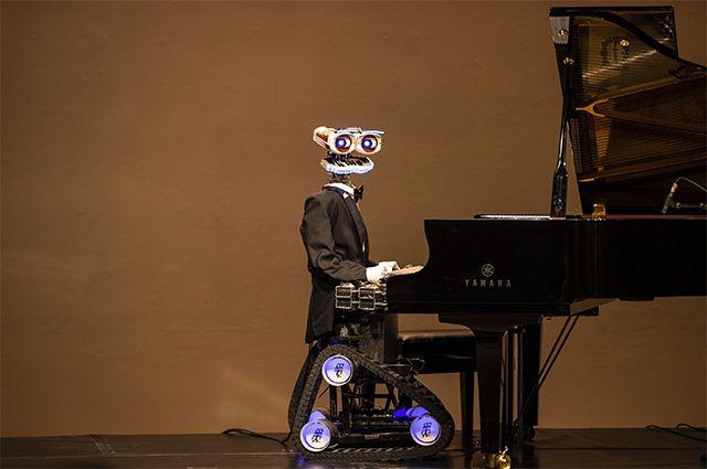 Мацуев будущего уже создан. Это робот-виртуоз Teotronico, соб- ранный в Италии. Он играет на любом клавишном инструменте любую по сложности композицию лучше человека, потому что у него больше пальцев и мощный процессор. И зачем тогда нужны живые музыканты?