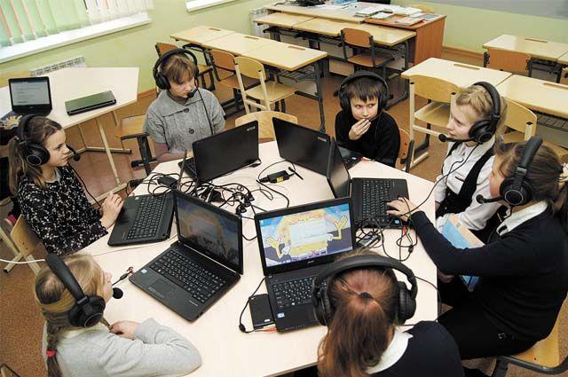 Предполагается оснастить сетью Wi-Fi и периметром видеонаблюдения 897 учебных заведений, создать в них телекоммуникационную инфраструктуру.
