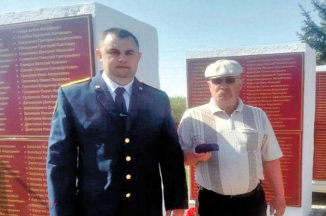 Александр и сын ветерана после митинга в честь Дня Победы, 9 мая 2021 года.