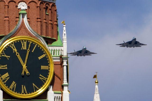 Многофункциональные истребители пятого поколения Су-57 в небе во время репетиции воздушной части парада в честь 76-летия Победы в Великой Отечественной войне в Москве.