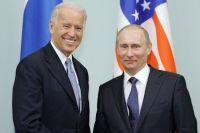 10марта 2011года. Председатель правительства РФВладимир Путин вДоме правительстваРФ приветствует вовремя встречи вице-президента США Джозефа Байдена (справа налево).