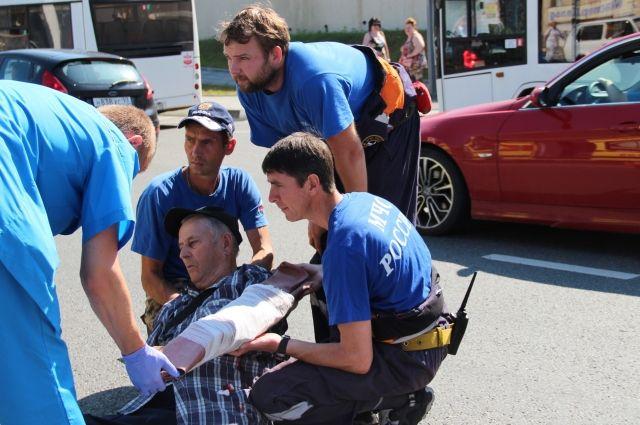 Без знаний правил оказания первой медицинской помощи пострадавших не стоит трогать, перемещать или транспортировать.