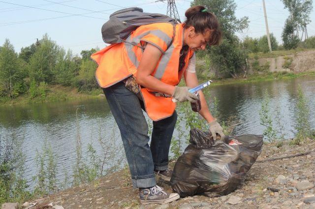 Бутылки и пакеты сами с берегов рек и водоёмов не исчезнут.
