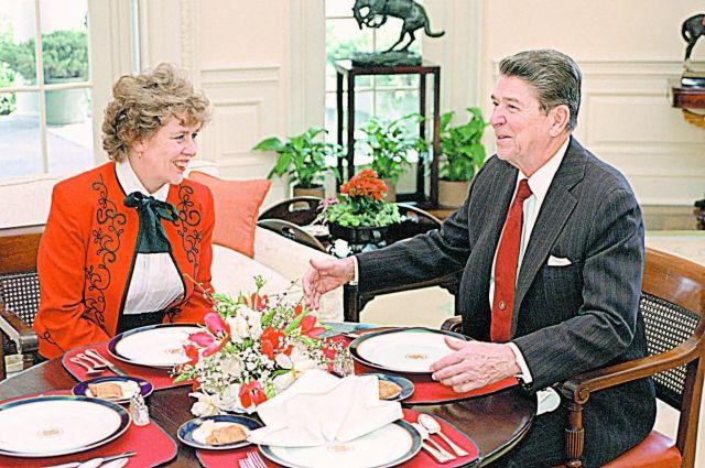 Сюзанна Масси и президент США Рональд Рейган обедают в Овальном кабинете Белого дома. Вашингтон, 1984 г.