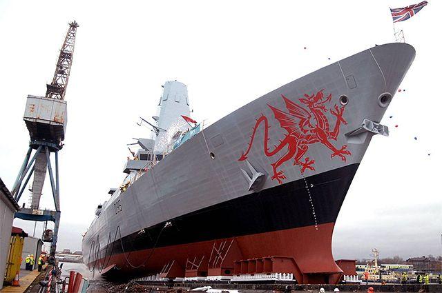 Изображение красного валлийского дракона на носу HMS Dragon.