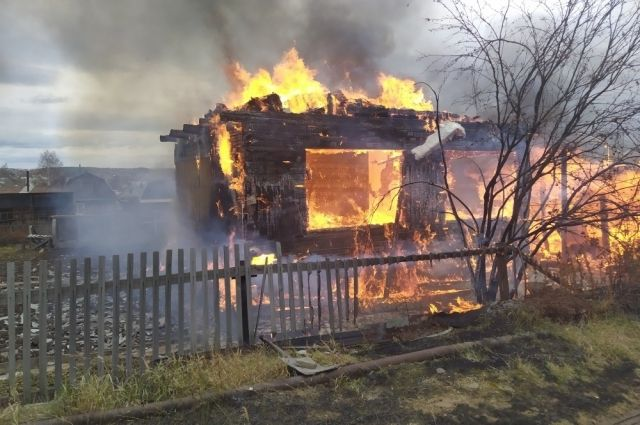 Сгорели несколько построек и автомобиль.