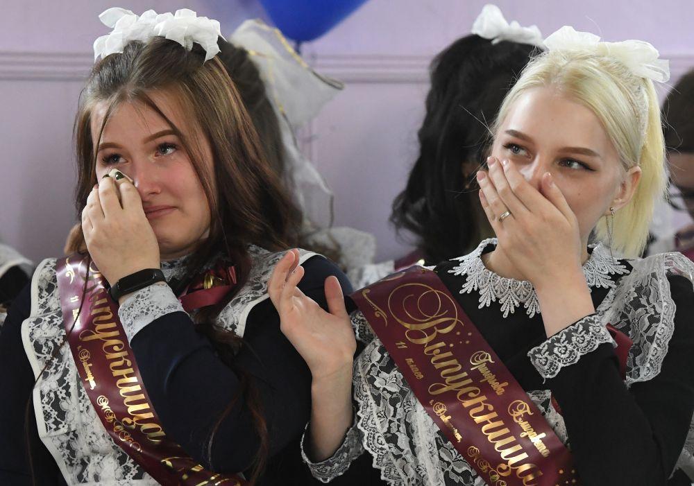 Выпускницы во время последнего звонка в средней общеобразовательной школе №2 имени Юрия Гагарина в Дивногорске