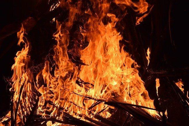 Сарай выгорел изнутри и снаружи.