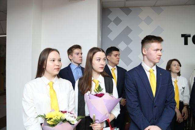 В средней школе № 4 города Губкинского прозвучал последний звонок для учеников «РН-класса»