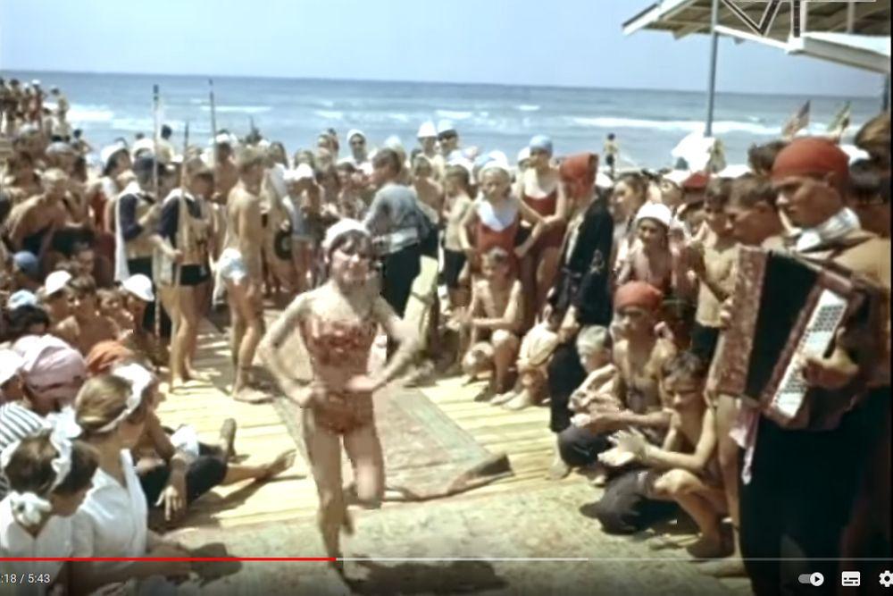 Концерт на берегу моря с участием дежурного отряда.