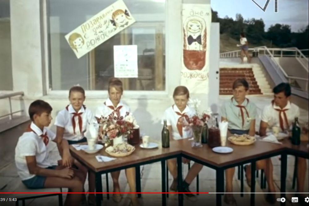 Шесть счастливых именинников в ожидании торжественной церемонии. «Орленок», 1965 год.