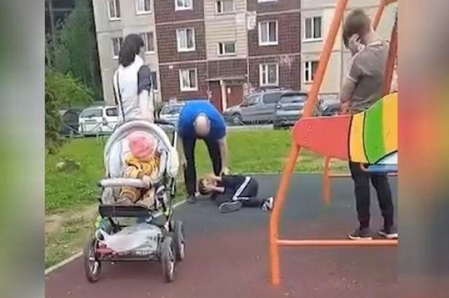 Конфликт между взрослым и подростком произошел на детской площадке.