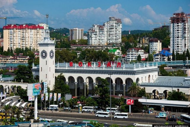 Вид на вокзал города Сочи.