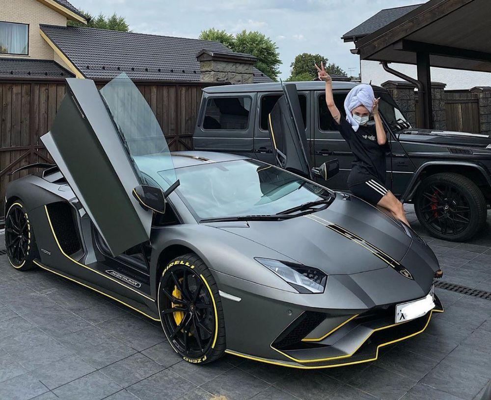 Анастасия Ивлеева и её автомобиль Lamborghini Aventador