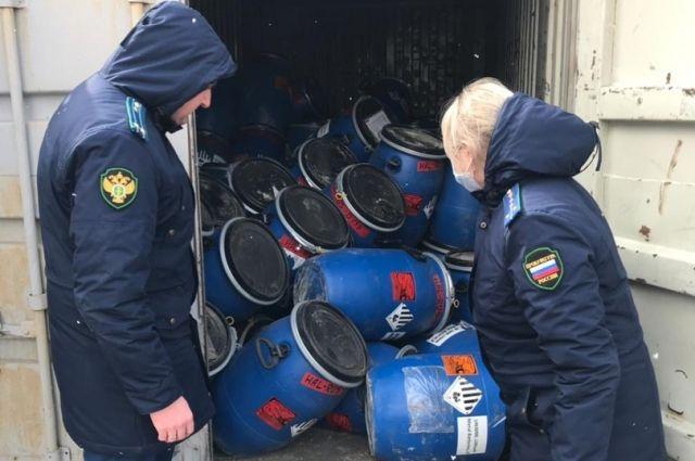 7 контейнеров с опасными отходами вывезли за территория полигона.