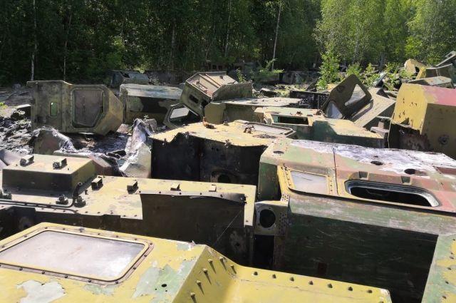 Заброшенные остатки военной техники разбирают на металлолом.