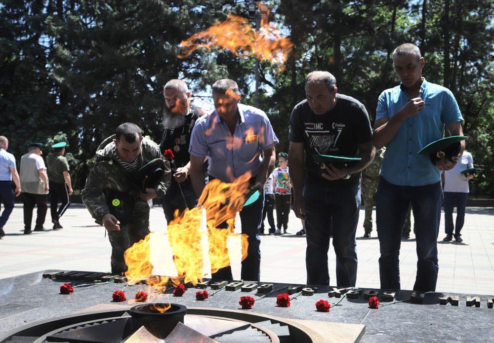 Ветераны пограничных войск возложили цветы к мемориалу Воинской славы в Пятигорске