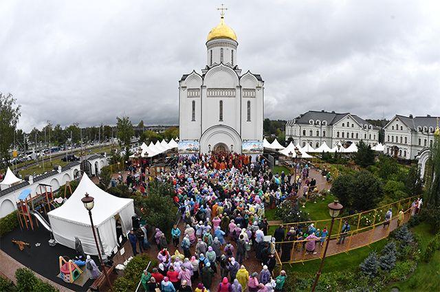 Верующие во время молебна у Храма Спаса Нерукотворного Образа в селе Усово в Московской области.