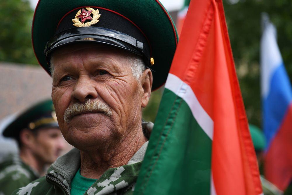 Пограничник в запасе празднует День пограничных войск в сквере 40-летия Победы у памятника воинам-пограничникам в Новосибирске