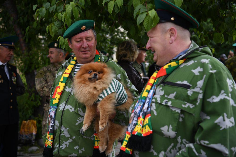 Пограничники в запасе празднуют День пограничных войск в сквере 40-летия Победы у памятника воинам-пограничникам в Новосибирске