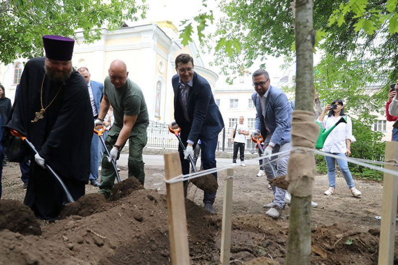 Глава региона также участвовал в высадке молодого дуба рядом с одним из домов на улице Короленко.