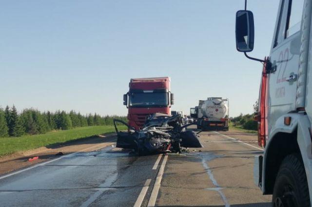 В аварии погибла 28-летняя женщина-водитель автомобиля «Лада Гранта» и её трёхлетняя пассажирка.