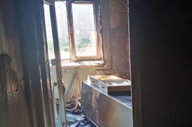В Орске пожарные вынесли на руках мужчину из горящей квартиры и спасли еще четверых жильцов дома.