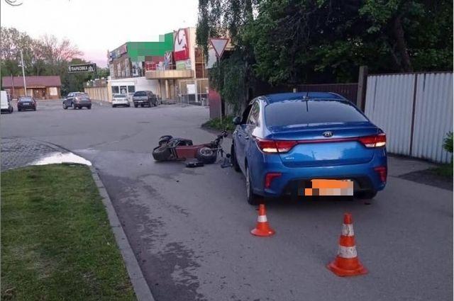 Водитель при повороте направо на ул. Броненосную выехал на полосу встречного движения, где допустил столкновение с движущимся автомобилем «Киа».