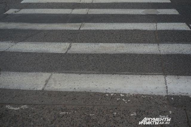 Дети ехали по пешеходному переходу на самокате.
