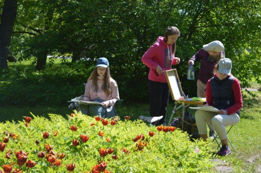 Юные художники запечатлели красоту цветов.