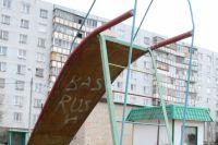 В Оренбурге двухлетняя девочка упала с детской горки и попала в реанимацию.