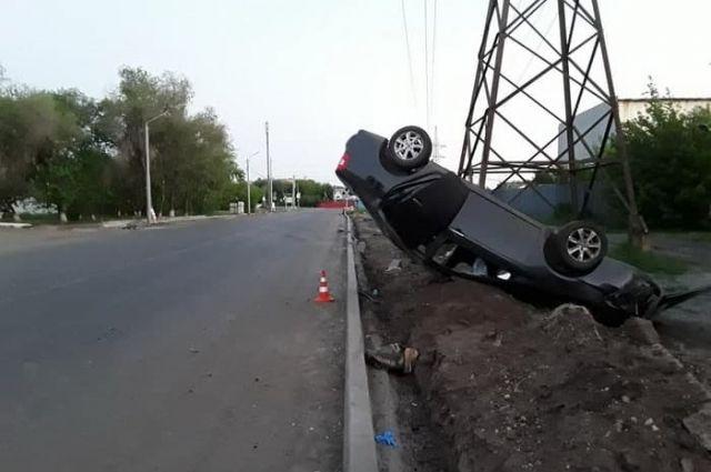 В результате ДТП автомобиль опрокинулся.