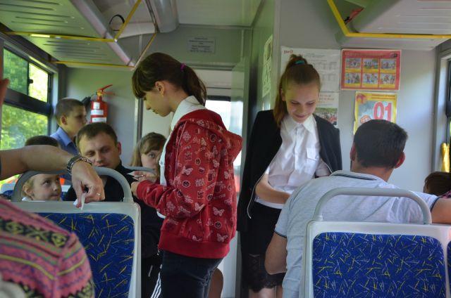 Каждый поезд состоит из трех вагонов по 36 мест. В этом году маленькие пассажиры и их родители будут обязаны соблюдать масочный режим.
