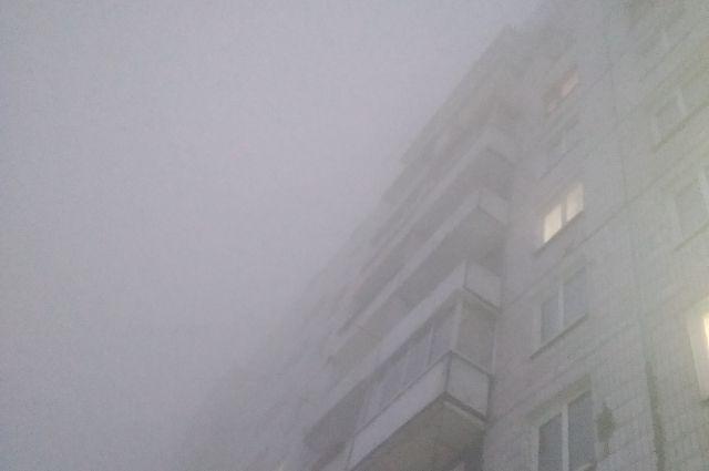 Из-за горящего мусора на полигоне Оренбург окутал зловонный смог.