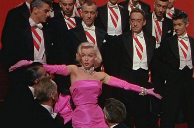 Мэрилин Монро в фильме «Джентльмены предпочитают блондинок» (1953).
