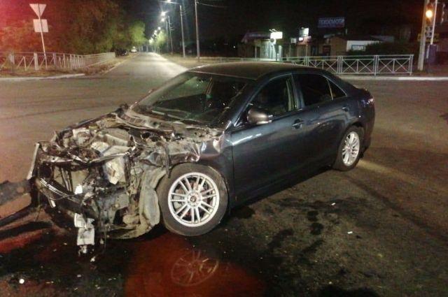В Оренбурге ночью Toyota протаранила и опрокинула «Газель» дорожников.