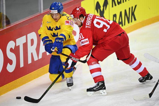 Йеспер Селльгрен (Швеция) иВладимир Тарасенко (Россия) вматче группового этапа чемпионата мира похоккею — 2021 между сборными командами России иШвеции.