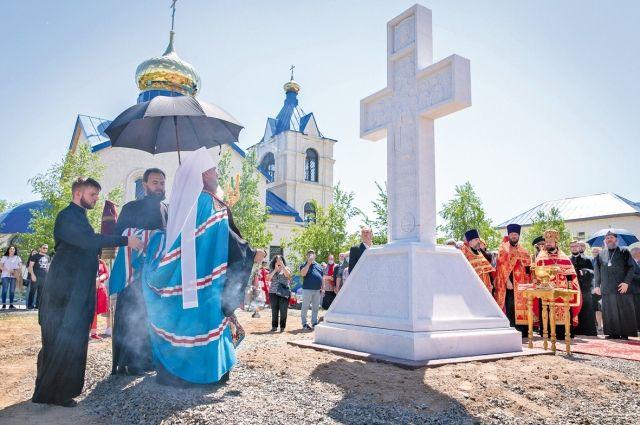 Православный крест у Храма новомучеников и исповедников Акмолинских освятил митрополит Астанайский и Казахстанский Александр.