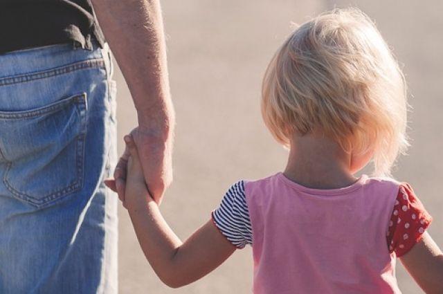 Важно проговорить ребёнку, что опасным может быть любой взрослый.