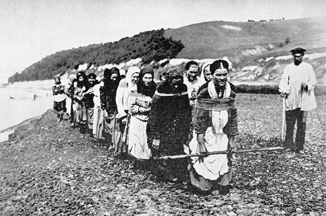 Женщины тянут плоты на реке Суре, 1900-е гг.
