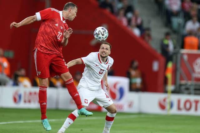 Слева направо: Артем Дзюба (Россия) и Томаш Кендзёра (Польша) в товарищеском матче по футболу между сборными командами Польши и России.