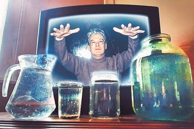 Самый дешёвый способ получить целебную воду для широких масс населения предложил Алан Чумак вконце 1980-х гг. Он заряжал её пассами по телевизору. Говорят, что кому-то помогло. Главное – вэто верить.