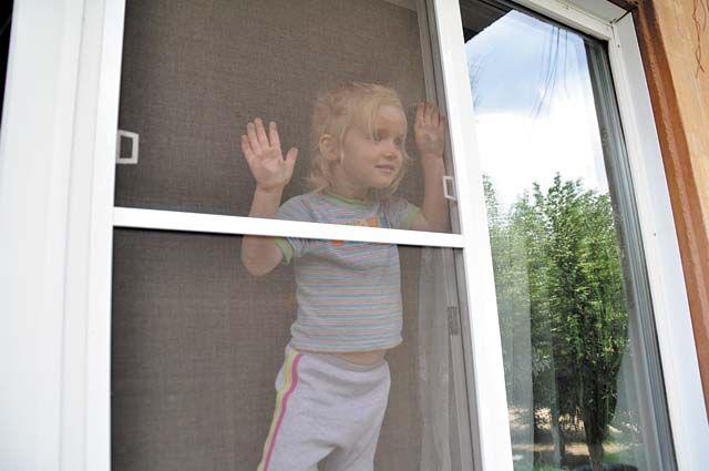 В тёплый сезон в детскую краевую больницу поступает в среднем от 20 до 40 детей, пострадавших в результате падения из окон.