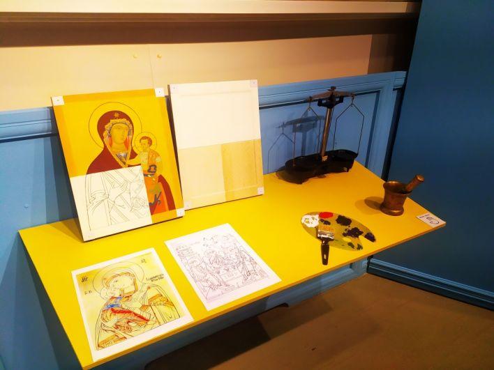 А здесь можно узнать, как мастер пишет иконы. Все предметы можно трогать руками.