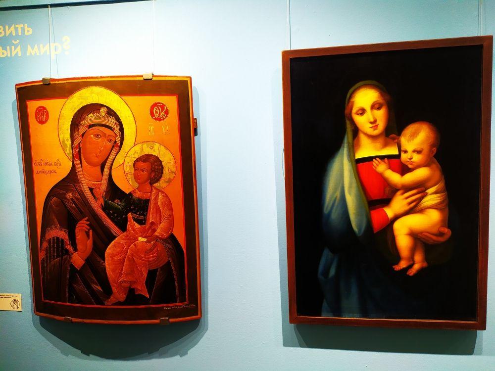 Слева – икона Богоматери с младенцем, написанная неизвестным мастером в 17-м веке. Справа – копия картины Рафаэля Санти «Мадонна с младенцем», сделанная неизвестным художником в 19-м веке. На этом примере объясняется разница между иконой и картиной.
