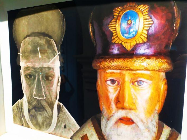 Слева рентгеновский снимок скульптуры «Святой Николай Можайский». На снимке видны гвозди, крепящие митру к голове скульптуры. Справа – реальный вид скульптуры.